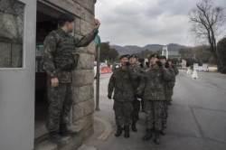 [e글중심] 군 장병 평일 외출하면 '당나라 군대' 될까?