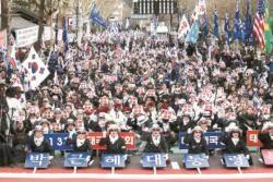 """탄핵 2년…민주당 """"탄핵부정론에 우려"""" 한국당 """"과거 얘기 이제 그만"""""""