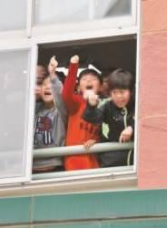 """법원 건너 초등학교 학생들 창문 열고 """"전두환 물러가라"""""""
