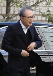 "MB, 보석 후 첫 재판 출석…""<!HS>이명박<!HE>!"" 연호에 미소·질문엔 묵묵부답"