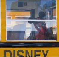 한 식구 된 날 데드풀은 미키마우스 모자 쓰고 출근