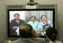 """12년 만 이산가족 화상상봉…北은 """"남북 교류 더디다"""" 비난"""
