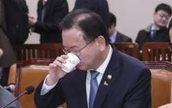 [포토사오정] 김부겸 장관, 조명균 장관 조언에도 물을 벌컥벌컥