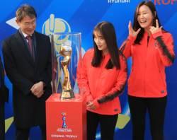 """윤덕여 감독 """"여자<!HS>월드컵<!HE> 우승 트로피 보니 의욕 솟는다"""""""