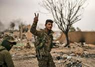 IS 마지막 거점 바구즈(Baghouz) 뺏은 시리아민주군, 승리의 V자 표시