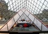 [서소문사진관]모나리자의 초대, 루브르 박물관에서 하룻밤을 보낸다면....