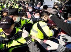 민주노총, 국회 진입 시도하며 격렬 시위…김명환 위원장 등 25명 연행