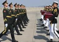 [서소문사진관] 중국군 유해 10구인데 사진에 9구만 보이는 이유는?