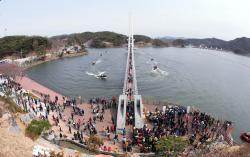 [서소문사진관]국내 최장 402m '예당호 출렁다리' 열렸다
