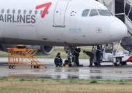 [서소문사진관] 앞바퀴 파손으로 광주공항에 멈춰선 아시아나 여객기