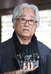 '상습 성폭력' 이윤택, 2심서도 중형..1년 늘어난 징역 7년