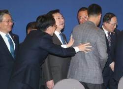 [서소문사진관]김상조, 양대 노총 위원장 등 떠민 이유