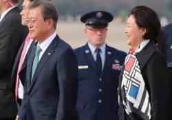 [서소문사진관] 태극기와 성조기의 결합? 눈길 끄는 김정숙 여사 스카프