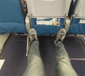 발 쭉 뻗어도 되는 비행기 비상구 좌석, 이런 사람이 앉는다