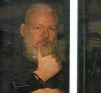 """7년 만에 잡힌 백발의 어산지…영국 경찰 """"미국 대신 체포"""""""