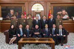 北 가족사진 같은 단체사진···김정은 뒤, 센터는 김영철