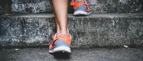 움직이면 무릎이 시큰…참고 걸어야 할까, 쉬는게 나을까?
