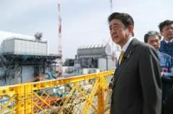 아베, 후쿠시마 원전서 '방호복' 아닌 '양복' 차림…의도는?