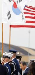 美, '외교 결례 논란' 일었던 색 바랜 태극기 교체한다