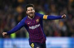 메시의 마법 같은 두 골...바르셀로나, 맨유 꺾고 챔스 4강