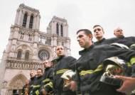소방관 500명 노트르담 종탑에 물 장벽, 건물 붕괴 막았다