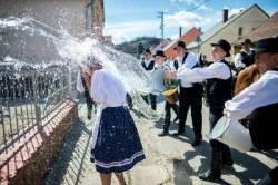 [서소문사진관] 부활절에 여자는 물세례 맞는 나라