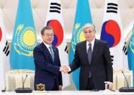 카자흐, 문대통령 훈장 수여 돌연 취소…외교 결례 논란