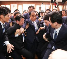 [<!HS>포토사오정<!HE>]자유한국당 항의방문에 국회의장실 아수라장