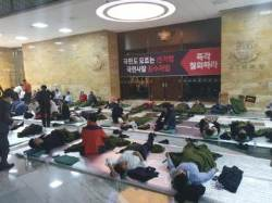 안경 낀 나경원, 졸음 참은 황교안…10년만에 전원 철야농성 들어간 한국당