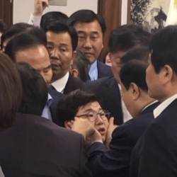 [e글중심] 문희상 국회의장의 행동은 성추행인가, 아닌가