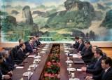한국 특사 하석 앉힌 시진핑, 일본 특사와는 마주 앉았다