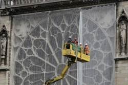 [서소문사진관] 폭우 온다! 노트르담을 사수하라...방수포 설치 작전