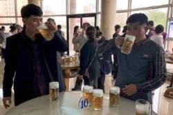 [서소문사진관]서서 마시는 평양 맥주집 만수교 풍경