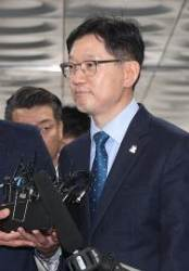 """왕복 700㎞ 재판 출석…김경수, '특혜보석' 주장에 """"법·원칙에 따른 것"""""""
