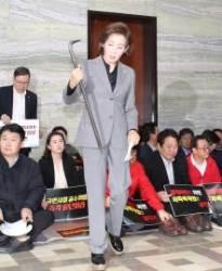 """국회 '빠루 공방'…한국 """"빠루로 국회 부숴"""" VS 민주 """"우리와 관계없다"""""""