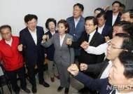 """'상중'에도 국회 찾은 황교안 """"다시 독재와 싸우는 현실 안타깝다"""""""