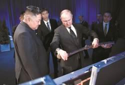 [사진] 검 선물 주고받은 김정은과 <!HS>푸틴<!HE>