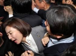 새벽4시에 중단된 '난장판 <!HS>국회<!HE>'…'밤샘 몸싸움' 9시간의 기록