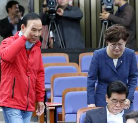 [<!HS>포토사오정<!HE>]목 보호대 착용하고 회의 참석한 자유한국당 의원들