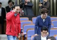 [포토사오정]목 보호대 착용하고 회의 참석한 자유한국당 의원들