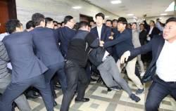 """""""영감님들 싸움에 우리만 빨간 줄"""" 육탄전에 보좌진들 떤다"""