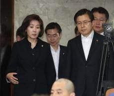 좌파정변ㆍ총사퇴ㆍ천막당사ㆍ삭발…목청 키우는 한국당