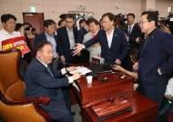 선진화법 발목 잡힌 한국당, 회의장선 드러눕지 못했다