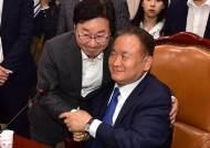 [포토사오정]한밤 패스트트랙 태운 4당 '환호', 한국당 '항의'