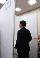 투표소 들어가 10분 버티기···한국당 기상천외 '표리버스터'
