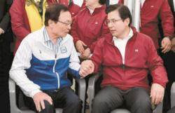 [사진] 노동절 마라톤대회서 손잡은 이해찬·황교안