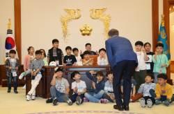 [서소문사진관]어린이들에게 靑 집무실 점령(?)당한 문재인 대통령