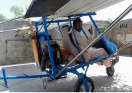 [서소문사진관]절단기 모터·포댓자루 날개로 자작 비행기 만든 파키스탄 팝콘 장수