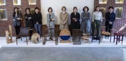아홉 명의 여자 목수들이 모였다....'최소의 의자'전