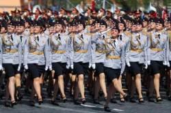 [서소문사진관] 여군은 미소로 무장, 미리 본 러시아 승전 기념일 퍼레이드